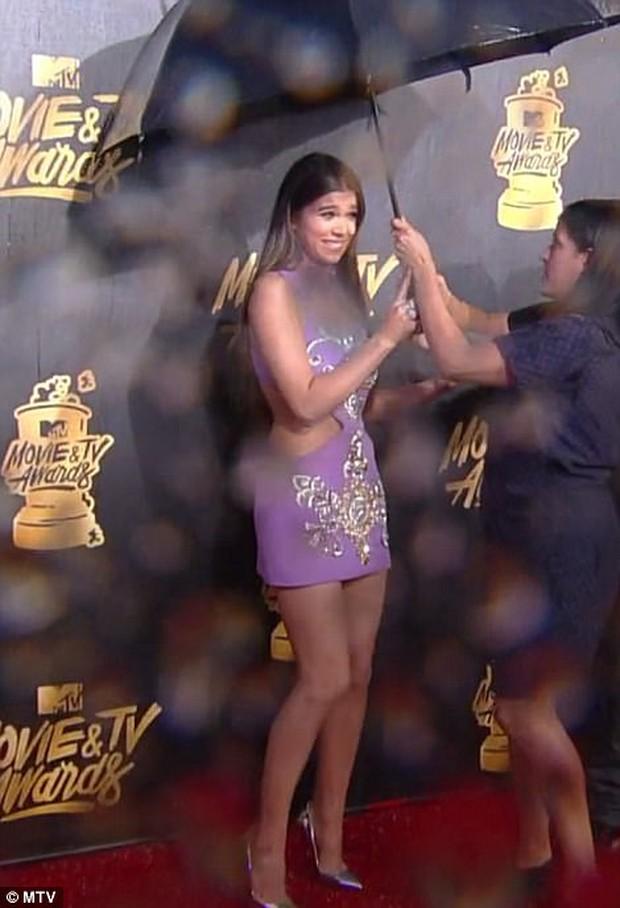 Thảm đỏ MTV Movie & TV Awards: Cara khoe đầu trọc, các sao tạo dáng khó khăn vì mưa đá - Ảnh 6.