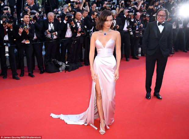 Hết lộ nội y, Bella Hadid lại quay clip sàm sỡ vòng 1 sao nữ tại LHP Cannes - Ảnh 5.