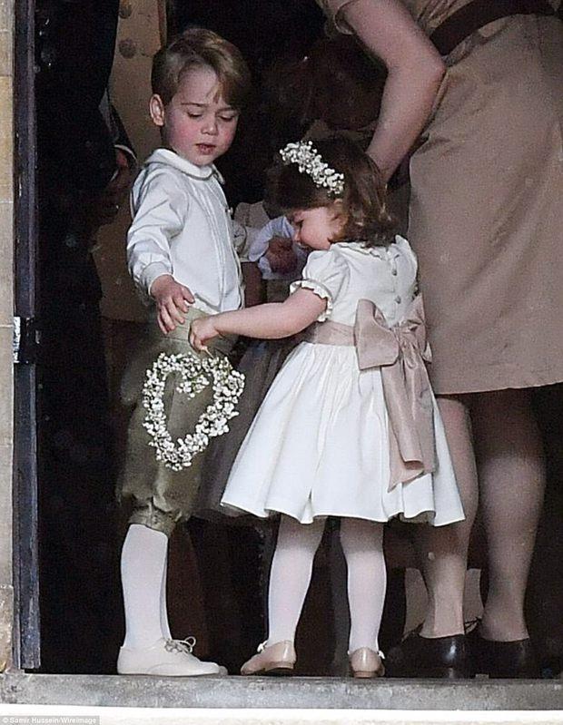 Hoàng tử nhí George và em gái cực đáng yêu trong vai trò phù dâu cho dì Pippa Middleton - Ảnh 3.