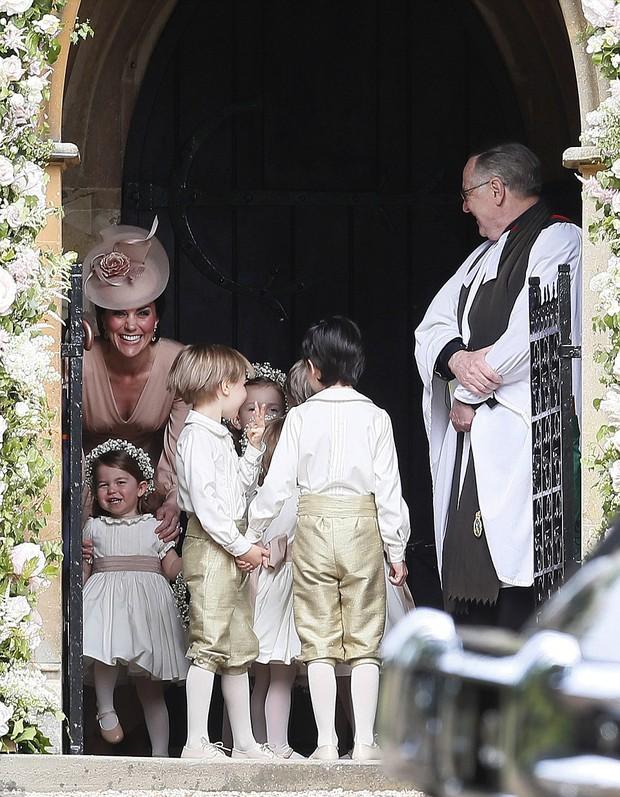 Hoàng tử nhí George và em gái cực đáng yêu trong vai trò phù dâu cho dì Pippa Middleton - Ảnh 5.