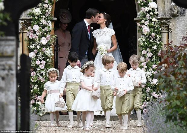 Hoàng tử nhí George và em gái cực đáng yêu trong vai trò phù dâu cho dì Pippa Middleton - Ảnh 13.