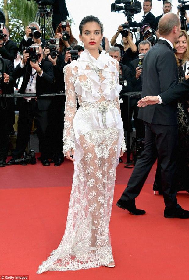 Thiên thần Victorias Secret hâm nóng thảm đỏ Cannes với váy xuyên thấu khoe vòng 3 - Ảnh 1.