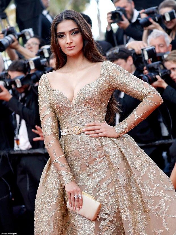 Thiên thần Victorias Secret hâm nóng thảm đỏ Cannes với váy xuyên thấu khoe vòng 3 - Ảnh 10.