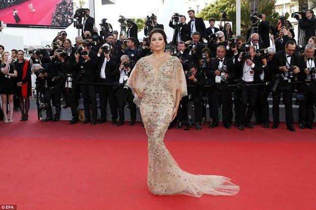 Thiên thần Victorias Secret hâm nóng thảm đỏ Cannes với váy xuyên thấu khoe vòng 3 - Ảnh 8.