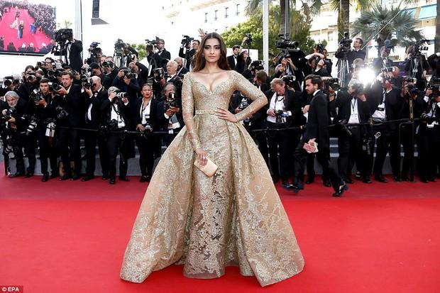 Thiên thần Victorias Secret hâm nóng thảm đỏ Cannes với váy xuyên thấu khoe vòng 3 - Ảnh 9.