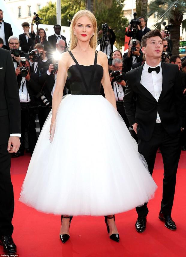 Thiên thần Victorias Secret hâm nóng thảm đỏ Cannes với váy xuyên thấu khoe vòng 3 - Ảnh 4.