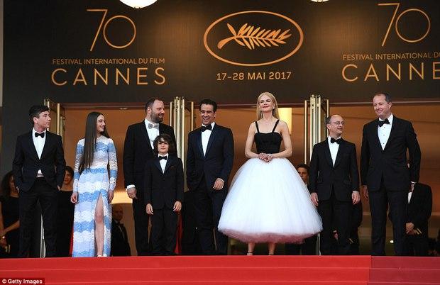 Thiên thần Victorias Secret hâm nóng thảm đỏ Cannes với váy xuyên thấu khoe vòng 3 - Ảnh 5.