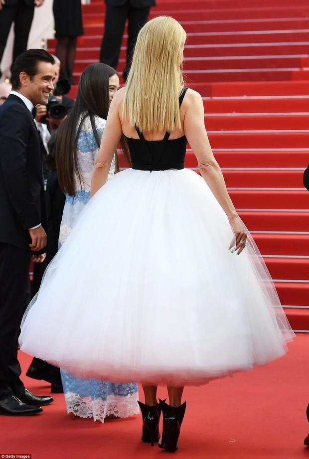 Thiên thần Victorias Secret hâm nóng thảm đỏ Cannes với váy xuyên thấu khoe vòng 3 - Ảnh 6.