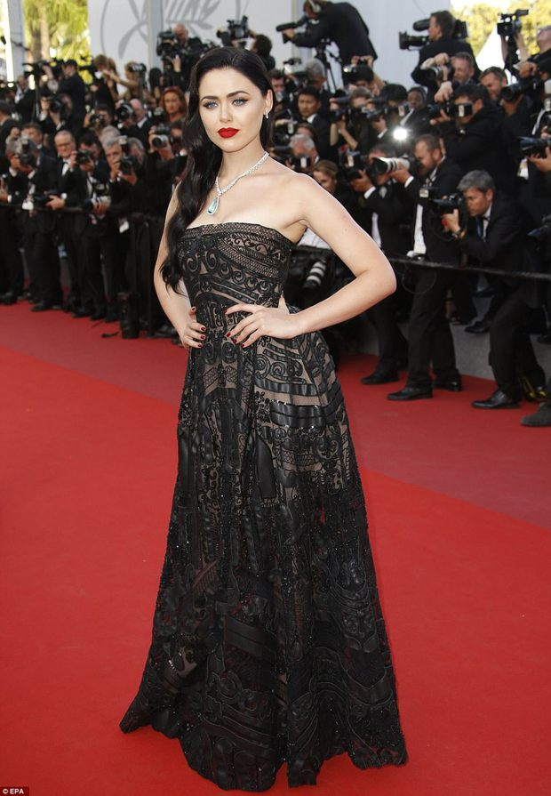 Thiên thần Victorias Secret hâm nóng thảm đỏ Cannes với váy xuyên thấu khoe vòng 3 - Ảnh 11.