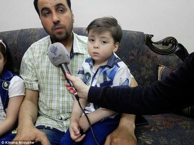 Cậu bé Syria mình đầy thương tích và bê bết máu sau một năm giờ thế nào? - Ảnh 4.