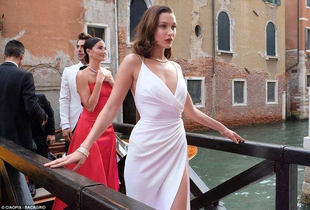 Không cần hở bạo, Bella Hadid vẫn gợi cảm hút hồn khi đọ sắc với Thư Kỳ tại Venice - Ảnh 16.