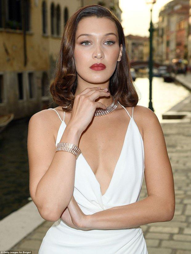 Không cần hở bạo, Bella Hadid vẫn gợi cảm hút hồn khi đọ sắc với Thư Kỳ tại Venice - Ảnh 17.