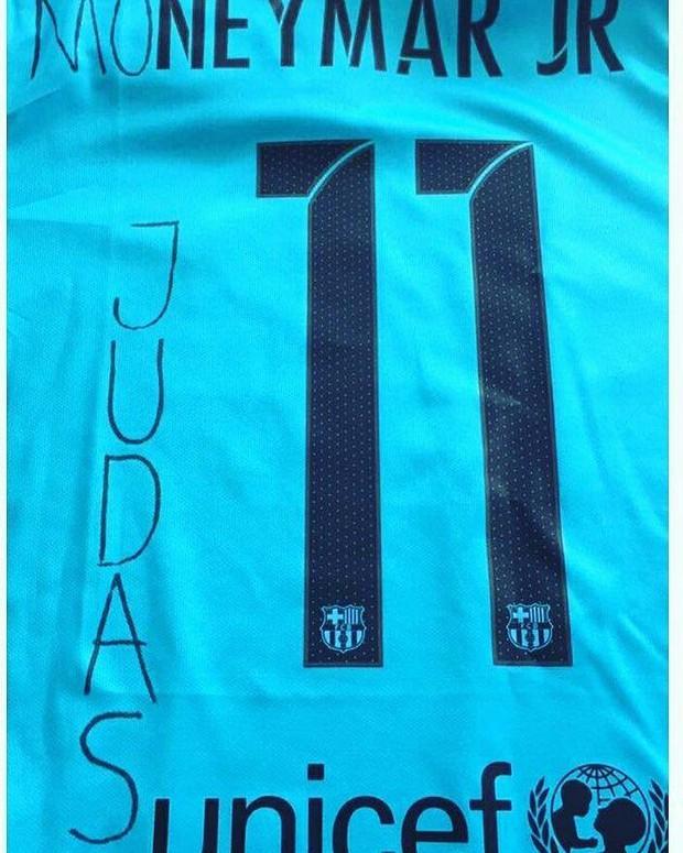 CĐV Barca đốt áo, nguyền rủa kẻ phản bội Neymar - Ảnh 3.
