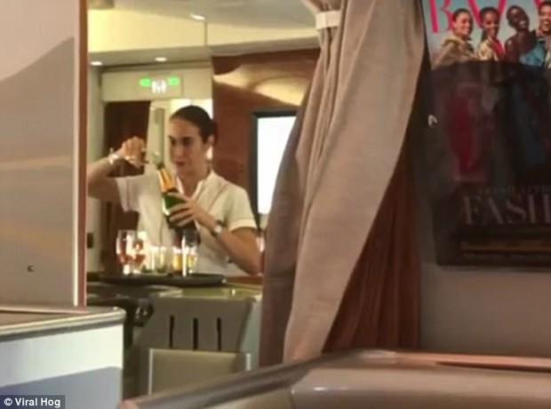 Nữ tiếp viên hàng không hãng Emirates bị bắt gặp rót rượu vang còn thừa ngược vào chai trên khoang VIP - Ảnh 3.