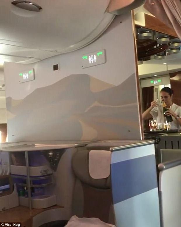 Nữ tiếp viên hàng không hãng Emirates bị bắt gặp rót rượu vang còn thừa ngược vào chai trên khoang VIP - Ảnh 4.
