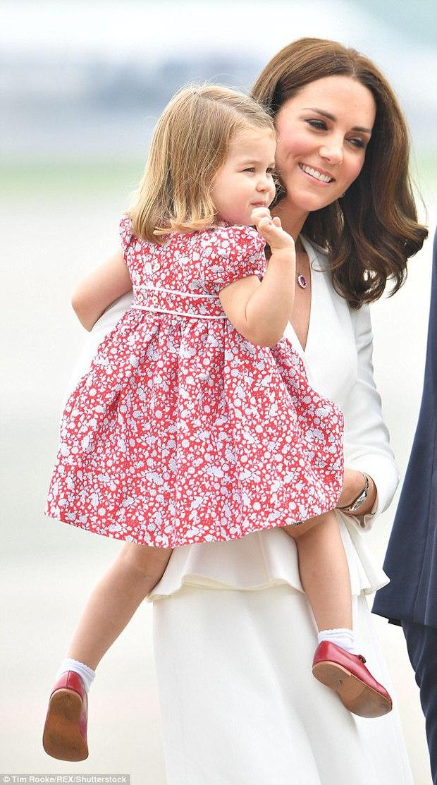 Mặc dù còn bé xíu nhưng Công chúa Anh Quốc đã biết nhún gối đúng chuẩn nghi thức hoàng gia - Ảnh 5.