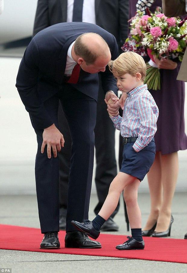 Mặc dù còn bé xíu nhưng Công chúa Anh Quốc đã biết nhún gối đúng chuẩn nghi thức hoàng gia - Ảnh 6.