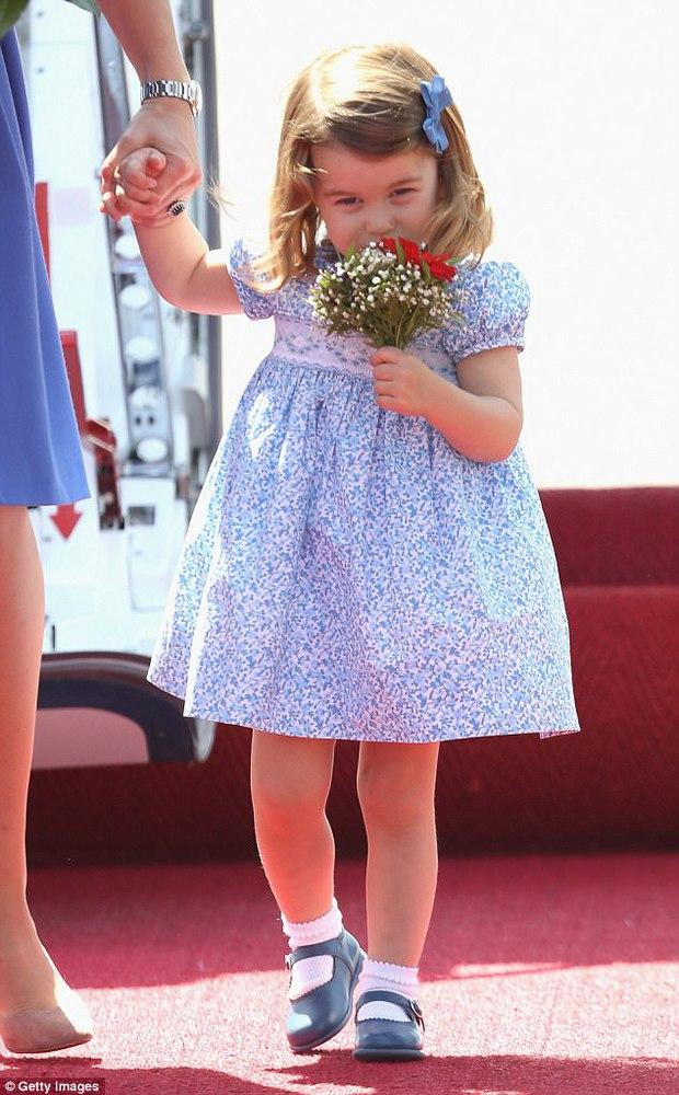 Mặc dù còn bé xíu nhưng Công chúa Anh Quốc đã biết nhún gối đúng chuẩn nghi thức hoàng gia - Ảnh 4.