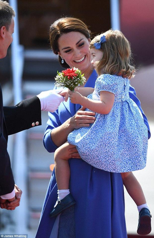 Mặc dù còn bé xíu nhưng Công chúa Anh Quốc đã biết nhún gối đúng chuẩn nghi thức hoàng gia - Ảnh 3.