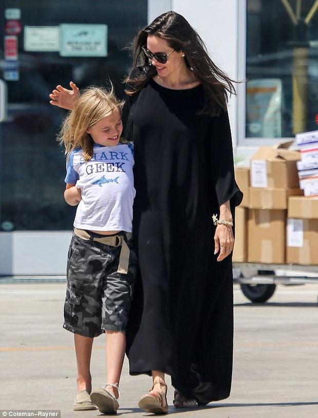 Con gái út nhà Angelina Jolie ngày càng khôn lớn và ăn mặc nam tính giống hệt chị - Ảnh 5.
