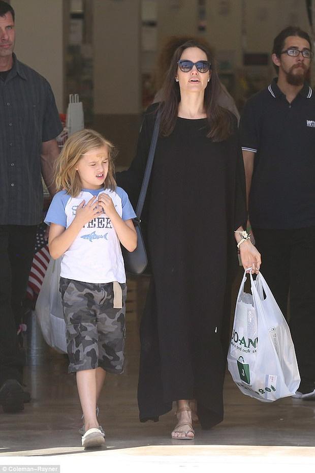 Con gái út nhà Angelina Jolie ngày càng khôn lớn và ăn mặc nam tính giống hệt chị - Ảnh 7.