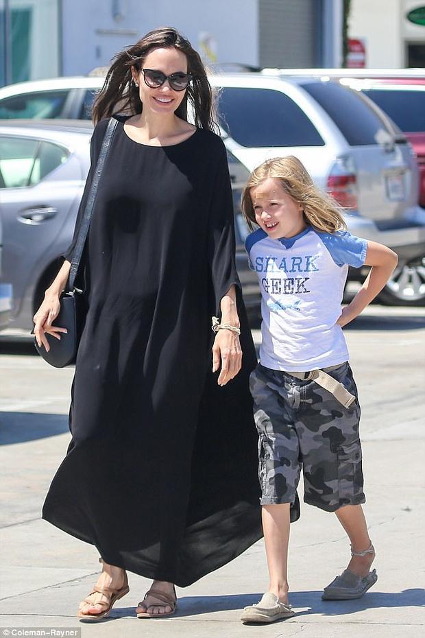Con gái út nhà Angelina Jolie ngày càng khôn lớn và ăn mặc nam tính giống hệt chị - Ảnh 1.