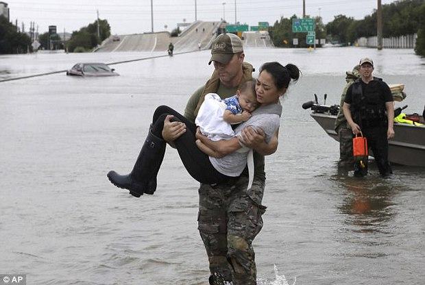 Cảm phục trước hình ảnh tuyệt vời của những anh hùng cứu người trong siêu bão mạnh nhất thập kỷ tại Mỹ - Ảnh 1.