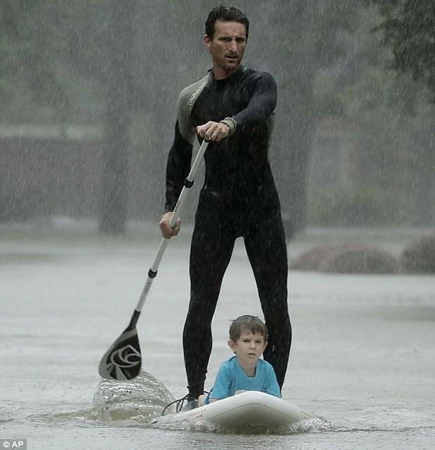 Cảm phục trước hình ảnh tuyệt vời của những anh hùng cứu người trong siêu bão mạnh nhất thập kỷ tại Mỹ - Ảnh 3.