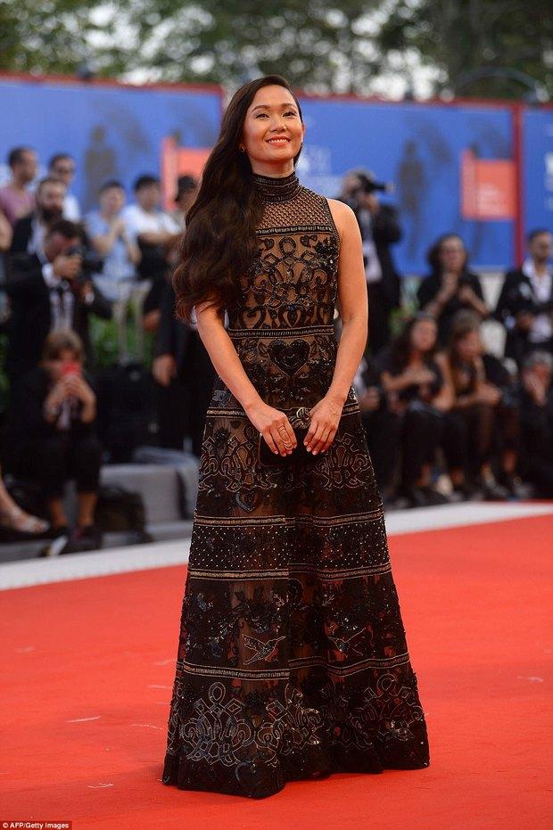 Thảm đỏ LHP Venice: Nữ diễn viên gốc Việt tỏa sáng bên dàn mỹ nhân khoe ngực gợi cảm - Ảnh 1.