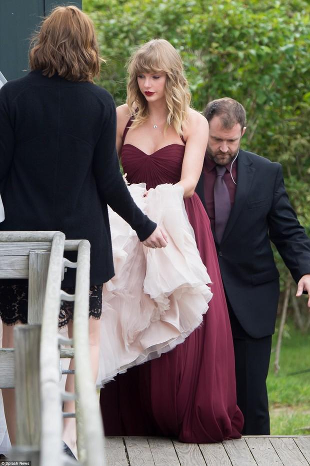 Dùng vải che kín để trốn fan đứng chờ ngoài trời, Taylor Swift bị la ó chê bai vì chảnh - Ảnh 2.