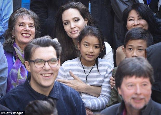 Angelina Jolie xuất hiện hạnh phúc bên 6 người con sau tin tái hợp với Brad Pitt - Ảnh 9.