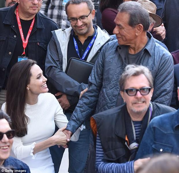 Angelina Jolie xuất hiện hạnh phúc bên 6 người con sau tin tái hợp với Brad Pitt - Ảnh 12.