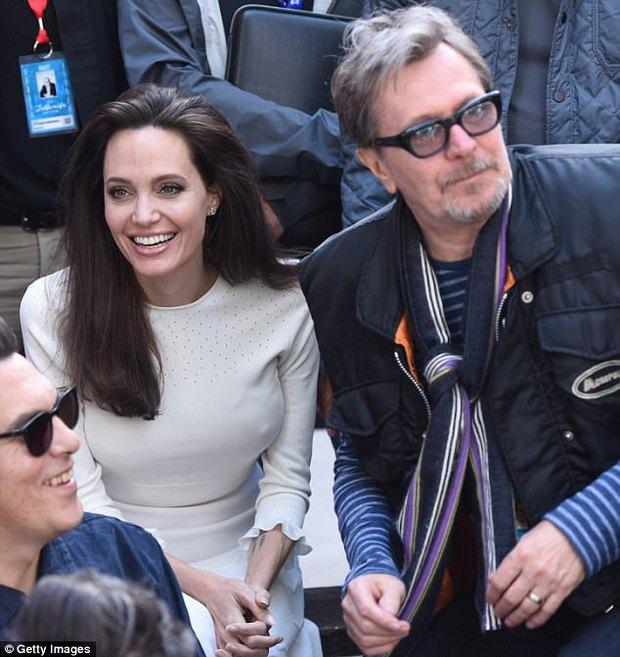 Angelina Jolie xuất hiện hạnh phúc bên 6 người con sau tin tái hợp với Brad Pitt - Ảnh 11.