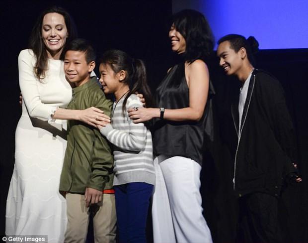 Angelina Jolie xuất hiện hạnh phúc bên 6 người con sau tin tái hợp với Brad Pitt - Ảnh 6.