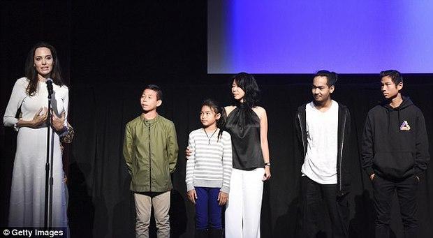 Angelina Jolie xuất hiện hạnh phúc bên 6 người con sau tin tái hợp với Brad Pitt - Ảnh 5.