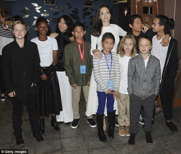 Angelina Jolie xuất hiện hạnh phúc bên 6 người con sau tin tái hợp với Brad Pitt - Ảnh 2.