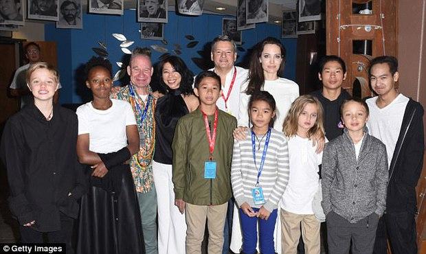 Angelina Jolie xuất hiện hạnh phúc bên 6 người con sau tin tái hợp với Brad Pitt - Ảnh 1.
