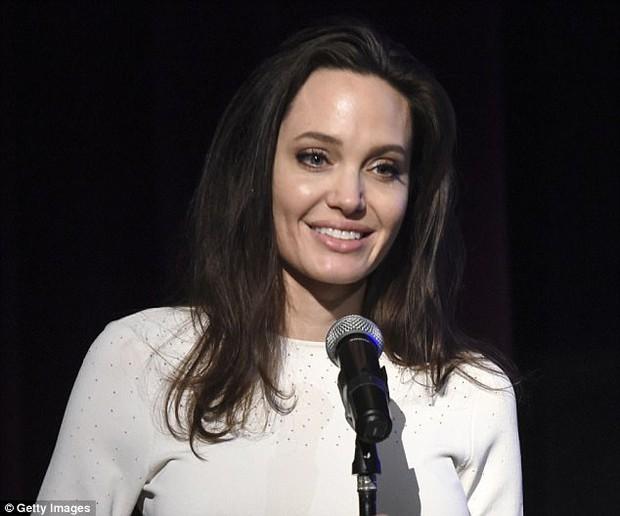 Angelina Jolie xuất hiện hạnh phúc bên 6 người con sau tin tái hợp với Brad Pitt - Ảnh 3.