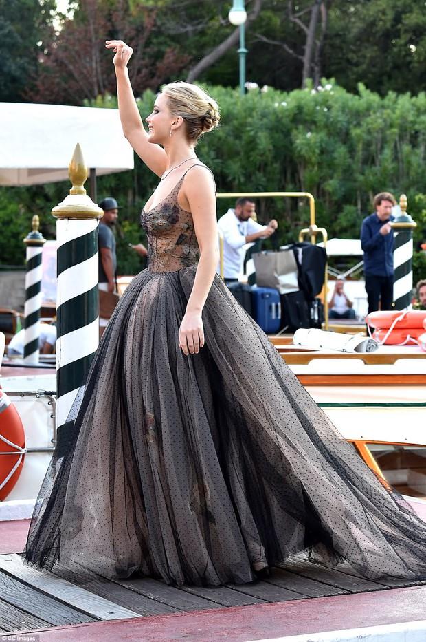 Jennifer Lawrence lộng lẫy như nữ thần, suýt hớ hênh ngực trên thảm đỏ LHP Venice - Ảnh 7.