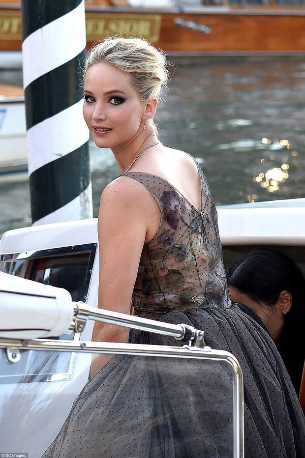 Jennifer Lawrence lộng lẫy như nữ thần, suýt hớ hênh ngực trên thảm đỏ LHP Venice - Ảnh 6.