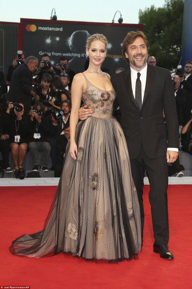 Jennifer Lawrence lộng lẫy như nữ thần, suýt hớ hênh ngực trên thảm đỏ LHP Venice - Ảnh 12.