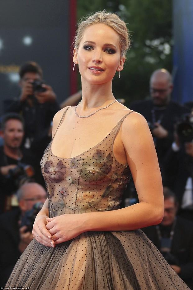 Jennifer Lawrence lộng lẫy như nữ thần, suýt hớ hênh ngực trên thảm đỏ LHP Venice - Ảnh 11.