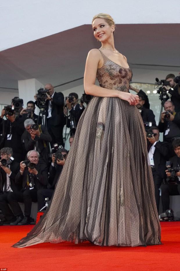 Jennifer Lawrence lộng lẫy như nữ thần, suýt hớ hênh ngực trên thảm đỏ LHP Venice - Ảnh 10.