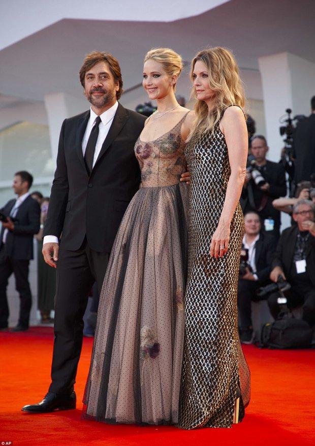Jennifer Lawrence lộng lẫy như nữ thần, suýt hớ hênh ngực trên thảm đỏ LHP Venice - Ảnh 13.