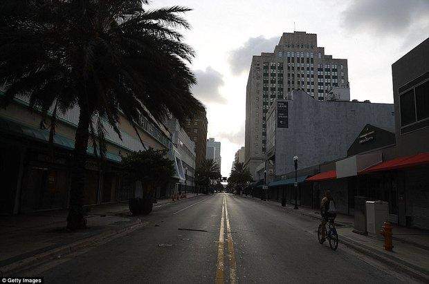 Florida vắng vẻ lạ thường trong cuộc sơ tán lớn nhất trong lịch sử Mỹ vì siêu bão quái vật Irma - Ảnh 3.