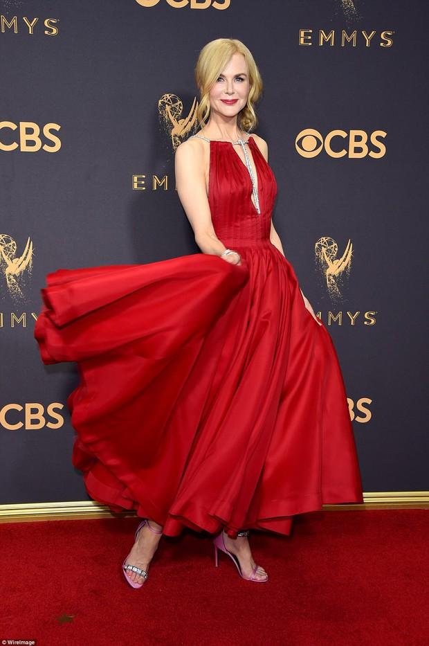 Thảm đỏ Emmy 2017: Dàn mỹ nhân xúng xính váy áo lộng lẫy như những công chúa, bà hoàng trong cổ tích - Ảnh 8.