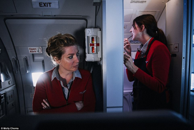 Chùm ảnh: Cuộc sống bí ẩn của các tiếp viên hàng không ở độ cao hơn 9.000m - Ảnh 2.