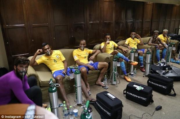 Neymar và đồng đội tuyển Brazil phải thở oxy sau trận hòa Bolivia - Ảnh 6.