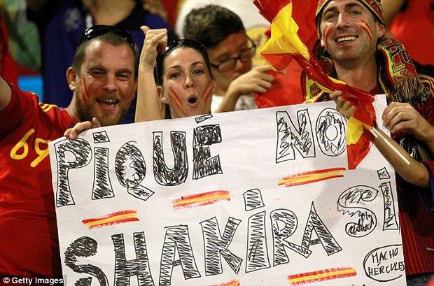 Fan Tây Ban Nha la ó, ủng hộ Shakira bỏ Pique - Ảnh 1.