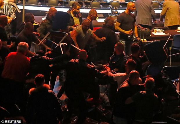 """Xem boxing, khán giả tẩn nhau như phim """"Bụi đời chợ lớn"""" - Ảnh 2."""